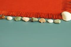 Πορτοκαλιά σύσταση, κοχύλια θάλασσας, πέτρες θάλασσας, θερινό υπόβαθρο, το μήνυμά σας εδώ Στοκ Φωτογραφίες