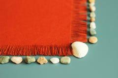 Πορτοκαλιά σύσταση, κοχύλια θάλασσας, πέτρες θάλασσας, θερινό υπόβαθρο, το μήνυμά σας εδώ Στοκ εικόνα με δικαίωμα ελεύθερης χρήσης