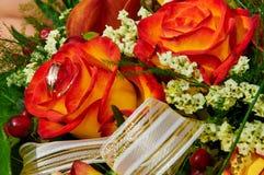 Πορτοκαλιά τριαντάφυλλα γαμήλιων ανθοδεσμών Στοκ Φωτογραφία