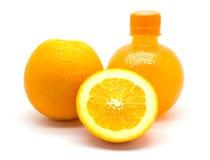 Πορτοκαλιά φέτα και ένα μπουκάλι του φρέσκου χυμού από πορτοκάλι Στοκ εικόνα με δικαίωμα ελεύθερης χρήσης
