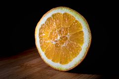 Πορτοκαλιά φέτα στο ξύλο Στοκ Εικόνα