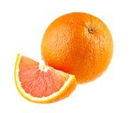Πορτοκαλιά φρούτα και ένα τμήμα που απομονώνονται στο λευκό Στοκ Εικόνα