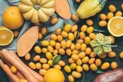 Πορτοκαλιά φρούτα και λαχανικά πτώσης στο σκοτεινό ξύλινο υπόβαθρο, εκλεκτής ποιότητας φίλτρο, τοπ άποψη Στοκ εικόνες με δικαίωμα ελεύθερης χρήσης