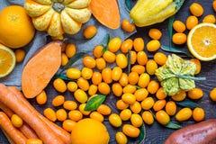 Πορτοκαλιά φρούτα και λαχανικά πτώσης στο σκοτεινό ξύλινο υπόβαθρο Στοκ φωτογραφία με δικαίωμα ελεύθερης χρήσης