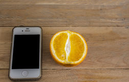 Πορτοκαλιά φρούτα και smartphone Στοκ φωτογραφία με δικαίωμα ελεύθερης χρήσης