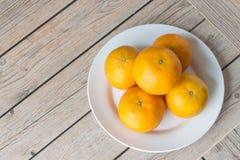 Πορτοκαλιά φρούτα με τα ξύλινα υπόβαθρα, υπόβαθρα φρούτων Στοκ φωτογραφία με δικαίωμα ελεύθερης χρήσης