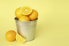 Πορτοκαλιά φρούτα με το κίτρινο υπόβαθρο Στοκ φωτογραφία με δικαίωμα ελεύθερης χρήσης