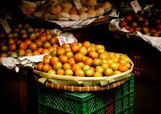 Πορτοκαλιά φρούτα στο καλάθι για την πώληση στην αστική αγορά Στοκ Φωτογραφίες