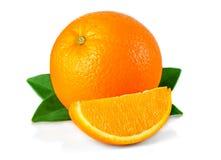 Πορτοκαλιά φρούτα τα φύλλα και τις φέτες που απομονώνονται με στο λευκό Στοκ Εικόνες