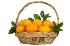 Πορτοκαλιά φρούτα Madarin σε ένα ψάθινο καλάθι. Στοκ Εικόνες