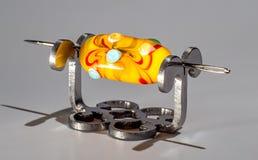 Πορτοκαλιά χάντρα γυαλιού στη βελόνα Στοκ φωτογραφίες με δικαίωμα ελεύθερης χρήσης