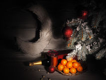 Πορτοκαλιά tangerines κοντά στα χειμερινά δέντρα απομονωμένη Χριστούγεννα διάθεση τρία σφαιρών λευκό Στοκ εικόνες με δικαίωμα ελεύθερης χρήσης