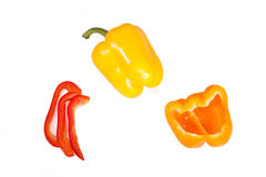 Πορτοκαλιές, κόκκινες και κίτρινες λουρίδες και μισά πιπέρια στο άσπρο υπόβαθρο Στοκ φωτογραφία με δικαίωμα ελεύθερης χρήσης