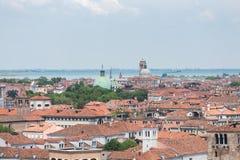 Πορτοκαλιές στέγες και πράσινοι θόλοι στη Βενετία στοκ φωτογραφίες