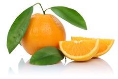 Πορτοκαλιές φέτες φρούτων πορτοκαλιών φρούτων με τα φύλλα που απομονώνονται στο λευκό Στοκ εικόνα με δικαίωμα ελεύθερης χρήσης
