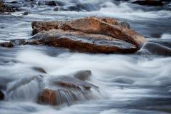 Βράχοι στο νερό Στοκ εικόνες με δικαίωμα ελεύθερης χρήσης