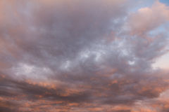 Πορτοκαλιοί και κόκκινοι ουρανός και σύννεφα Στοκ εικόνα με δικαίωμα ελεύθερης χρήσης
