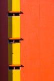 Πορτοκαλιοί τοίχος και παράθυρα στοκ εικόνες