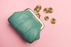 Πορτοφόλι για τα νομίσματα Πορτοφόλι για την αλλαγή Πορτοφόλι δέρματος, πορτοφόλι σε ένα ρόδινο υπόβαθρο Χρώμα της τάσης Η έννοια Στοκ Φωτογραφία