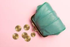 Πορτοφόλι για τα νομίσματα Πορτοφόλι για την αλλαγή Πορτοφόλι δέρματος, πορτοφόλι σε ένα ρόδινο υπόβαθρο Χρώμα της τάσης Η έννοια Στοκ φωτογραφία με δικαίωμα ελεύθερης χρήσης