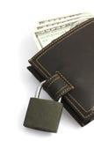 Πορτοφόλι με τα χρήματα και κλείδωμα στην άσπρη ανασκόπηση Στοκ Φωτογραφία