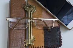 Πορτοφόλι των απορριμάτων δέρματος και μια δέσμη των κλειδιών στοκ φωτογραφίες