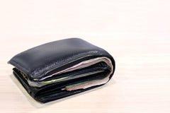 Πορτοφόλι, billfold, μαύρα υπόβαθρο πινάκων πορτοφολιών δέρματος ξύλινα και διάστημα αντιγράφων, σύνολο πορτοφολιών των τραπεζογρ στοκ φωτογραφία