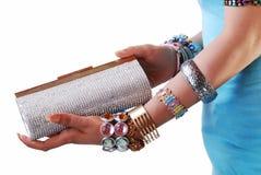 πορτοφόλι jewelery χεριών στοκ φωτογραφίες με δικαίωμα ελεύθερης χρήσης