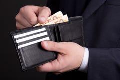 Πορτοφόλι δέρματος με τα ευρο- τραπεζογραμμάτια στα χέρια επιχειρησιακών ατόμων Στοκ Φωτογραφία