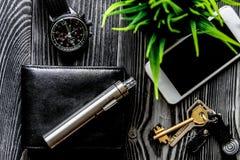 Πορτοφόλι δέρματος, ρολόι, ηλεκτρονικό σκοτεινό ξύλινο backgrou τσιγάρων Στοκ Φωτογραφίες