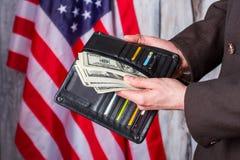 Πορτοφόλι εκμετάλλευσης επιχειρηματιών με τα δολάρια στοκ εικόνα με δικαίωμα ελεύθερης χρήσης