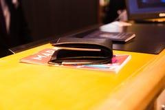 Πορτοφόλι με τα χρήματα και πιστωτικές κάρτες στο χάρτη Στοκ εικόνα με δικαίωμα ελεύθερης χρήσης