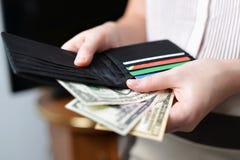 Πορτοφόλι με τα χρήματα στο χέρι γυναικών ` s Στοκ εικόνα με δικαίωμα ελεύθερης χρήσης