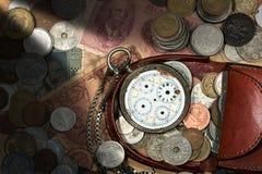 Πορτοφόλι με το σπασμένα ρολόι και τα νομίσματα τσεπών Στοκ Φωτογραφίες