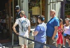 ΠΟΡΤΟ, ΠΟΡΤΟΓΑΛΙΑ - 10 ΑΥΓΟΎΣΤΟΥ 2017: Στροφή των τουριστών στην είσοδο στο βιβλιοπωλείο Livraria Lello Στοκ εικόνες με δικαίωμα ελεύθερης χρήσης