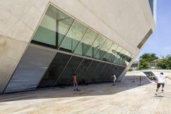 ΠΟΡΤΟ, ΠΟΡΤΟΓΑΛΙΑ - 5 ΙΟΥΛΊΟΥ 2015: Άποψη του τόπου συναντήσεως ορόσημων Casa DA Musica Στοκ Εικόνες