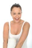 Πορτρέτα μιας ευτυχούς όμορφης νέας γυναίκας που εξετάζει τη κάμερα Στοκ εικόνα με δικαίωμα ελεύθερης χρήσης