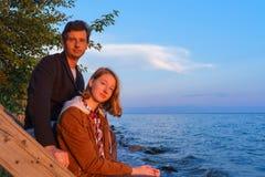 Πορτρέτα του πατέρα και της κόρης που θαυμάζουν το θερινό τοπίο ο Στοκ Φωτογραφία