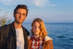 Πορτρέτα του πατέρα και της κόρης το καλοκαίρι στο ηλιοβασίλεμα Στοκ Εικόνες
