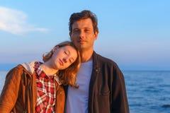 Πορτρέτα του πατέρα και της κόρης το καλοκαίρι στο ηλιοβασίλεμα Στοκ Φωτογραφίες