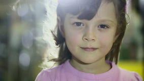 Πορτρέτα των παιδιών στο κορίτσι καταστημάτων που κάνει το χαμόγελο εκφράσεων του προσώπου φιλμ μικρού μήκους