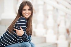 Πορτρέτο άνοιξη μιας όμορφης γυναίκας στην πόλη υπαίθρια στοκ εικόνες