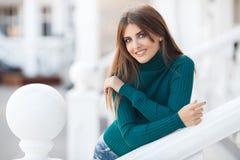 Πορτρέτο άνοιξη μιας όμορφης γυναίκας υπαίθρια στοκ εικόνες με δικαίωμα ελεύθερης χρήσης
