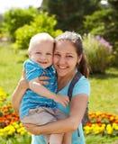 Πορτρέτο άνοιξη της μητέρας και του γιου την ημέρα της μητέρας Στοκ εικόνες με δικαίωμα ελεύθερης χρήσης