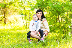 Πορτρέτο άνοιξη της μητέρας και του γιου την ημέρα της μητέρας Στοκ φωτογραφίες με δικαίωμα ελεύθερης χρήσης