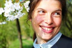 Πορτρέτο άνοιξη της νέας γυναίκας Στοκ Φωτογραφίες