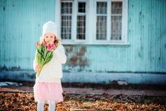 Πορτρέτο άνοιξη του κοριτσιού παιδιών με την ανθοδέσμη τουλιπών για την ημέρα της γυναίκας Στοκ Εικόνα