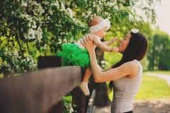 Πορτρέτο άνοιξη του παιχνιδιού κορών μητέρων και μωρών υπαίθριου στο ταίριασμα της εξάρτησης - μακριά φούστες και πουκάμισα στοκ φωτογραφία