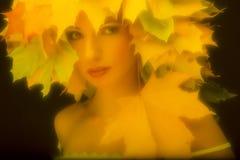Πορτρέτο ένα γοητευτικό κορίτσι στο αναδρομικό ύφος με Στοκ Φωτογραφίες