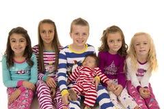 Πορτρέτο έξι λατρευτών παιδιών που φορούν τις χειμερινές πυτζάμες στοκ εικόνα με δικαίωμα ελεύθερης χρήσης